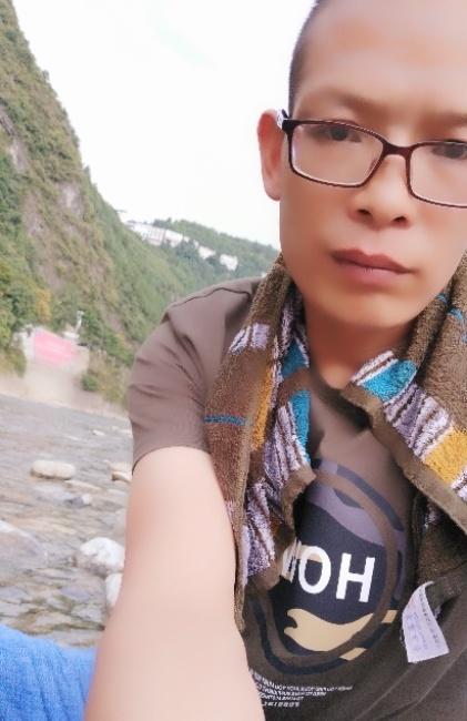 王眼镜照片